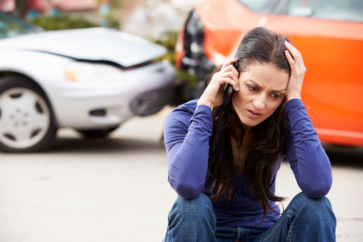 spanish-speaking-woman-on-phone-after-car-accident